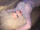 Christina Aguilera posa com transparência e deixa seios à mostra