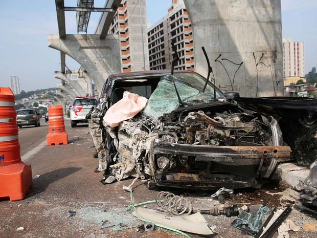 Carro fica destruído após bater em pilastra do monotrilho na manhã deste domingo, na Av. Washington Luís (Foto: Renato S. Cerqueira/Futura Press/Estadão Conteúdo)