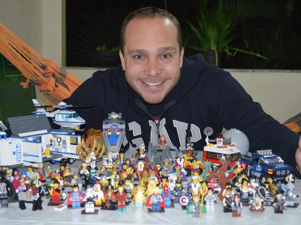 Rafael e sua coleção de bonecos de Lego (Foto: Arquivo pessoal)