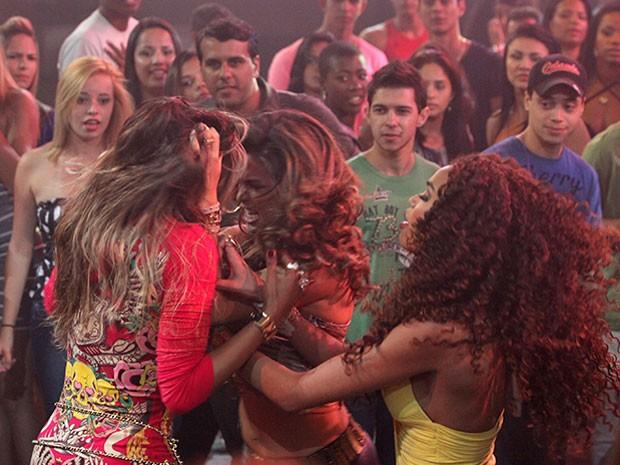 Morena não aguenta provocação de Vanúbia e parte para cima da vizinha (Foto: Salve Jorge/TV Globo)