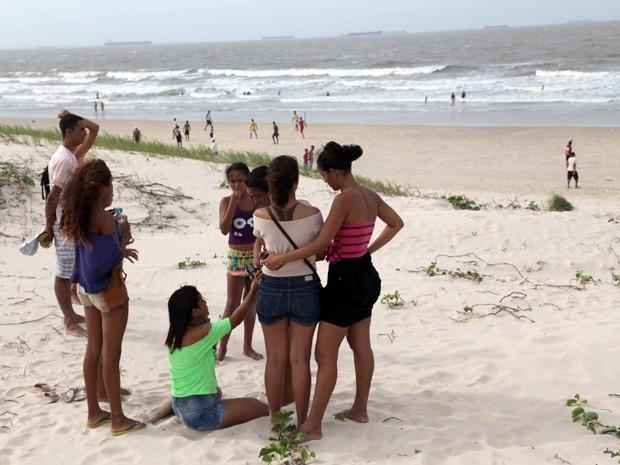 Familiares e amigos de jovem vítima de possível afogamento na Praia do Calhau (Foto: Douglas Júnior/O Estado)