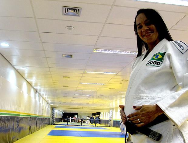 Mãezona do judô, Rosi, grávida de 5 meses, 'pisa no freio' pelos gêmeos
