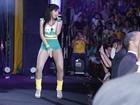 De verde e amarelo, Anitta sensualiza durante show no Rio de Janeiro