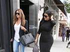 Vestido justinho de Kim Kardashian marca barriguinha de grávida