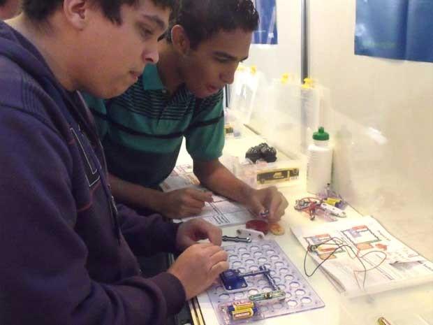 Alunos de engenharia da UnB levam kit didático para escolas da rede pública do DF  (Foto: Reprodução/Facebook)