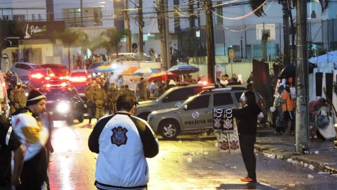 Figueirense briga torcida PM BOPE (Foto: Renan Koerich)