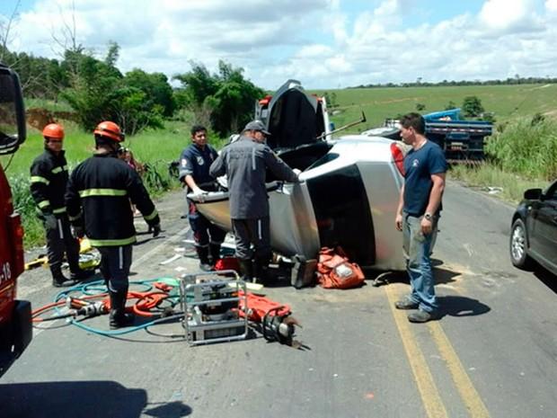 Condutor ficou preso às ferragens e foi resgatado por bombeiros (Foto: Ronildo Brito/Teixeira News)