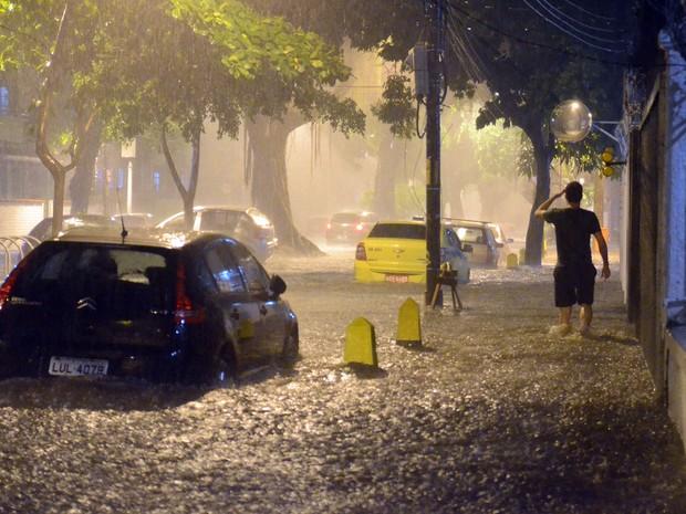 Temporal causa alagamento na Avenida Paula Souza, no bairro do Maracanã, no Rio (Foto: Delmiro Junior/Futura Press/Estadão Conteúdo)