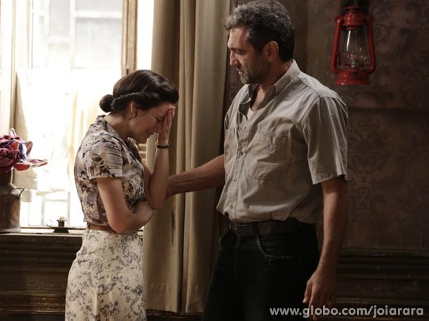 Amélia chora muito por ter que se separar da filha (Foto: Fábio Rocha/TV Globo)