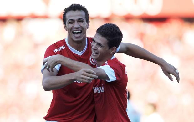 Leandro Damião e Oscar gol Internacional x Coritiba (Foto: Edu Andrade / Ag. Estado)