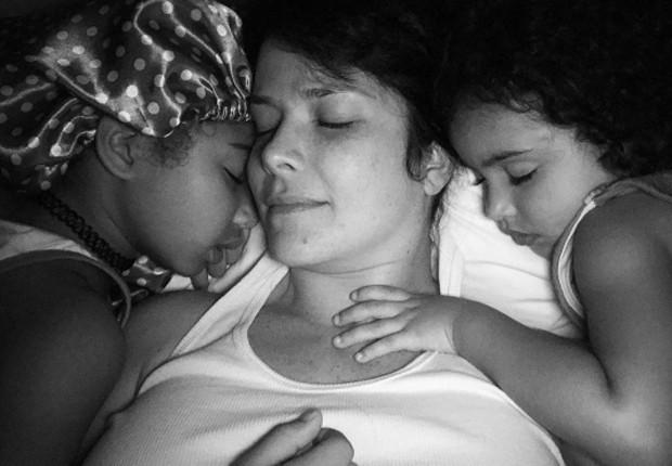 Samara Felippo entre as filhas Alícia e Lara (Foto: Reprodução/Instagram)