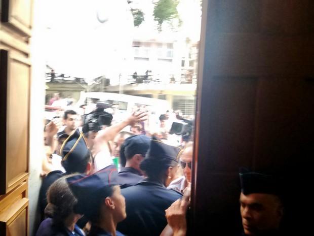 Taxistas tentam entrar na sede da Prefeitura na tarde desta quinta-feira (Foto: Roney Domingos/G1)