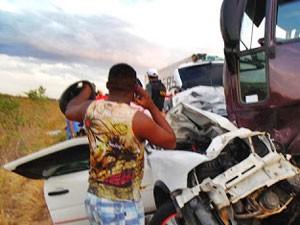 Frente do carro ficou destruída após colisão na BR-304, em Assu (Foto: Francisco Coelho/Focoelho.com)