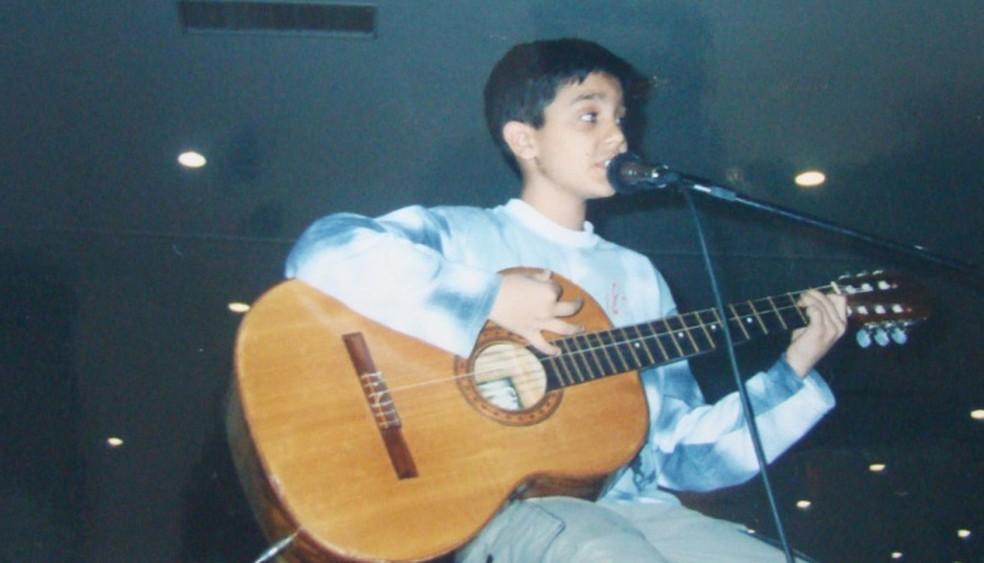 Com o violão, Luan faz apresentação ainda na infância (Foto: Arquivo Pessoal)