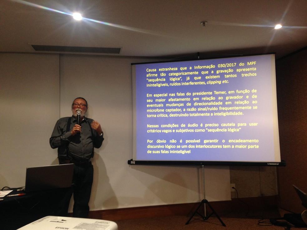 O perito Ricardo Molina, contratado pela defesa de Temer, durante entrevista nesta segunda em Brasília (Foto: Renan Ramalho/G1)