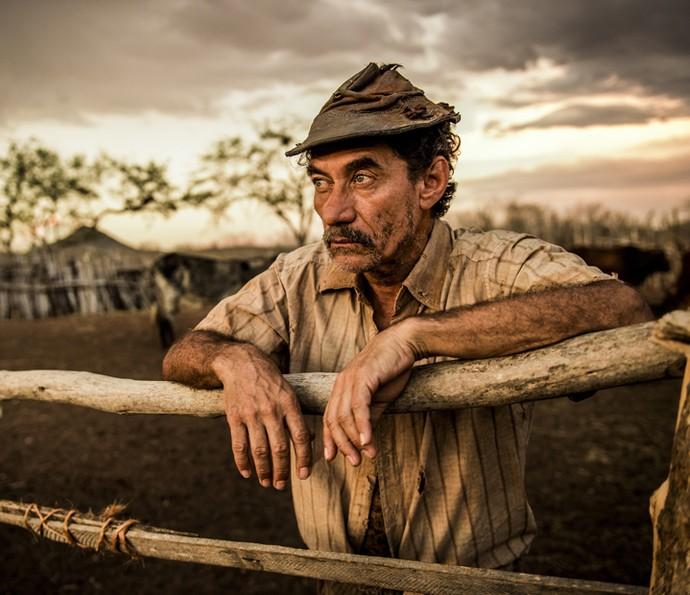 Chico Diaz será Belmiro em 'Velho Chico'. Os detalhes do figurino, como envelhecimento das peças e formato do chapéu foram cuidadosamente trabalhados pelas equipes de produção da novela (Foto: Caiuá Franco/ Globo)
