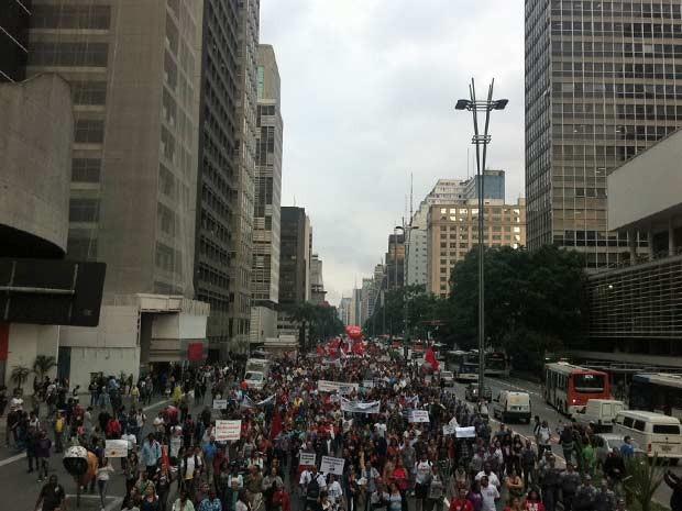 Grupo caminha rumo à Praça da República; por volta das 17h ocupavam um sentido da Av. Paulista (Foto: Julia Basso Viana/G1)