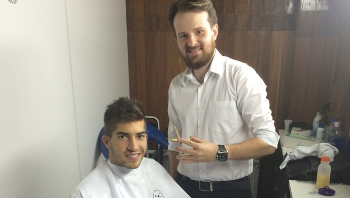 Elias Torres cortando o cabelo de Lucas Silva (Foto: Elias Torres / Arquivo pessoal)