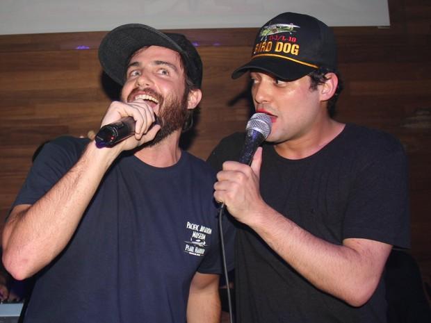 Max Fercondini e Eduardo Sterblitch cantam em boate na Zona Sul do Rio (Foto: Anderson Borde/ Ag. News)