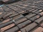Com os pés algemados, preso quebra forro e foge pelo telhado de delegacia