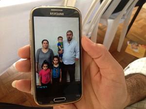 Hazem ao lado da mulher e dos três filhos, na Síria (Foto: Alan Tiago Alves/G1)