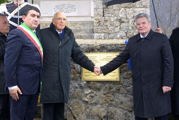 Presidente italiano, Giorgio Napolitano (à esquerda) dá a mão ao presidente alemão,  Joachim Gauck. em lembrança ao ataque nazista na Toscana (Foto: AFP)
