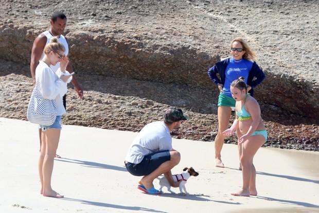 Fiorella Matheis e Alexandre Pato vão a Praia com cachorrinho (Foto: André Freitas / AgNews)