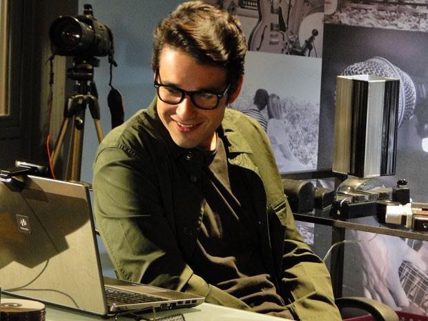 Lobo convida Lia para fazer ensaio de fotos no estúdio dele. É cilada! (Foto: Malhação / Tv Globo)