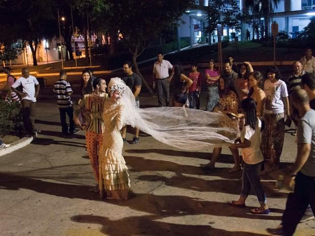Atores fazem apresentação durante passeio pelo Centro Histórico de Cuiabá (Foto: Divulgação)