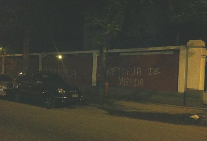 muro laranjeiras pichação (Foto: Reprodução)