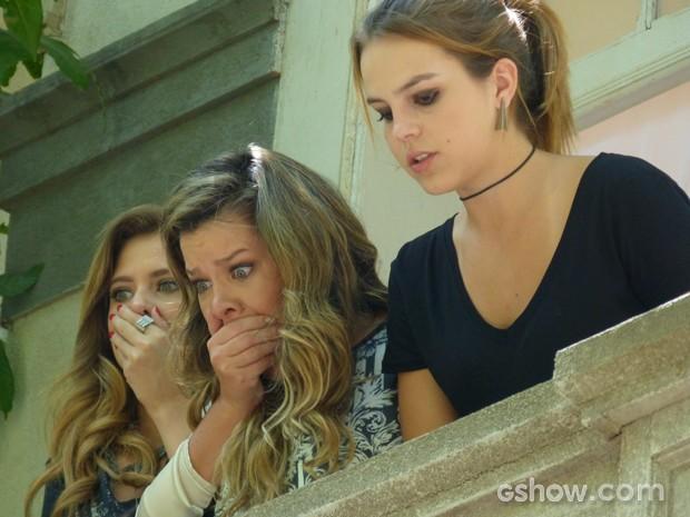 As meninas se desesperam quando o cara cai da escada (Foto: Malhação / TV Globo)