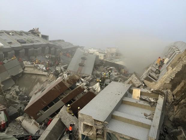 Equipes de resgate atuam no local onde um prédio de 17 andares desabou após o terremoto (Foto: Patrick Lin/Reuters)