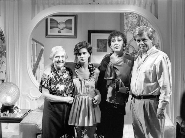 Dona Biloca (Norma Geraldy), Babi (Mayara Magri), Tetê (Marilu Bueno) e Gugu (Cláudio Corrêa e Castro) em A Gata Comeu