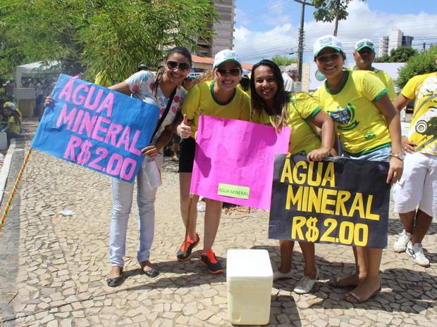 Universitários vendem água durante evento em Teresina (Foto: Gilcilene Araújo/G1)