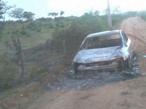 Carro foi abandonado durante fuga (Foto: PM)