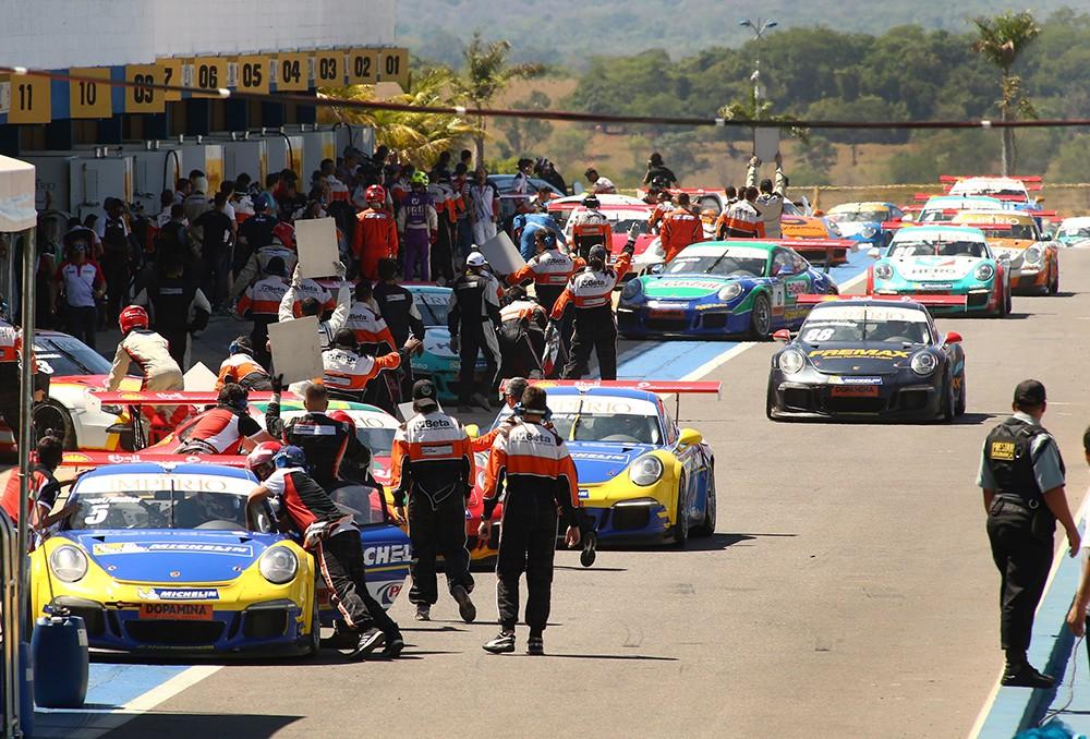 Trânsito no box na primeira volta depois da intervenção do safety-car (Foto: Divulgação/Luca Bassani/Porsche Império GT3)