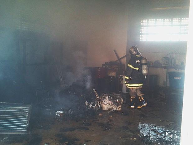 Equipe dos bombeiros arrombou a porta e controlou incêndio. (Foto: Pedro Ribas/Arquivo pessoal)