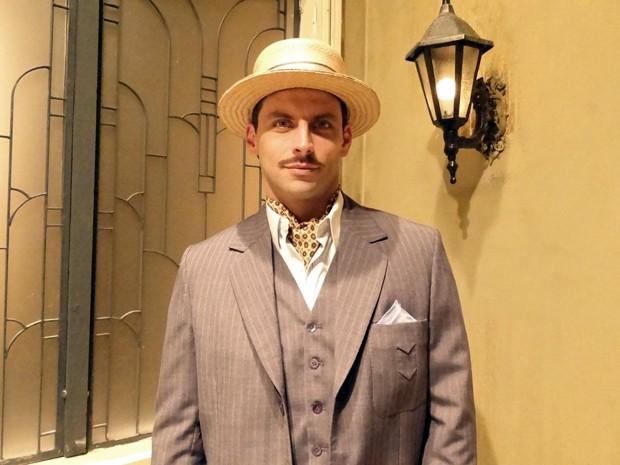 Henri Castelli está de bigodinho novo para viver Rômulo (Foto: Gabriela / TV Globo)