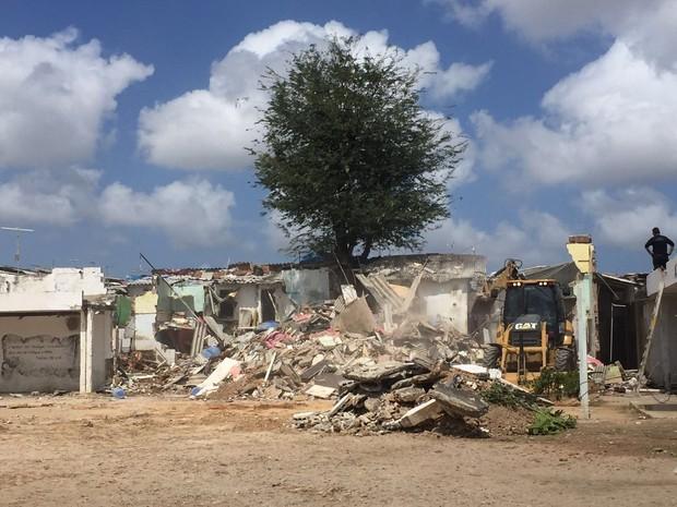 Barracos construídos por presos são demolidos no Complexo do Curado  (Foto: Seres/Divulgação)