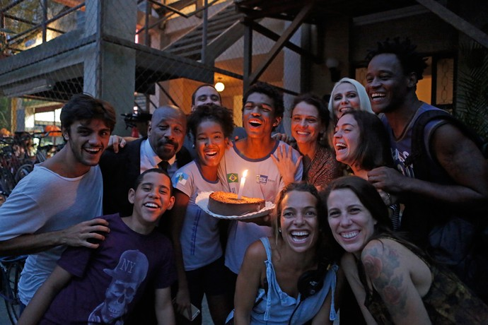 Juan Paiva recebe carinho de amigos do elenco e equipe (Foto: Pedro Carrilho / Gshow)