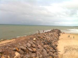 Adolescentes se afogaram na praia de Areia Preta (Foto: Felipe Gibson/G1)