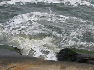 Em fenda onde deságua canal é possível ver água escura se misturando às ondas (Foto: Daniel Silveira / G1)
