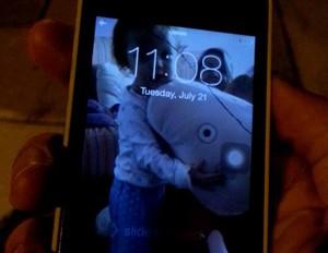 Chris acabou danificando a tela do seu celular ao comemorar (Foto: Reprodução / Facebook)