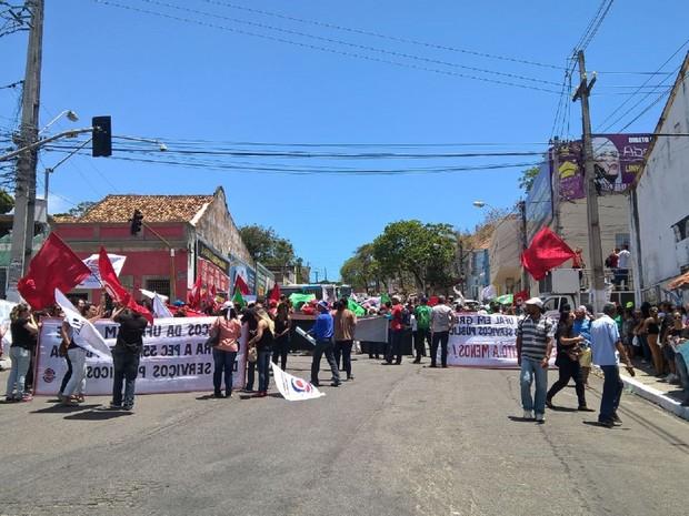 Cruzamento na Ladeira dos Martírios com a Rua do Sol foi fechado, provocando grande congestionamento na região do centro de Maceió (Foto: Waldson Costa/G1)