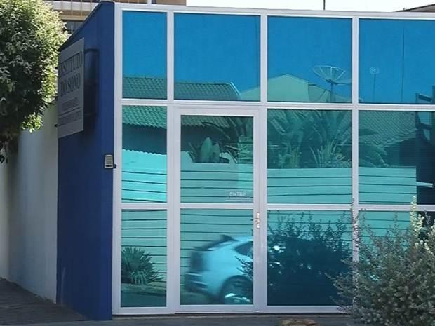 Clínica onde o médico foi preso em Fernandópolis (Foto: Reprodução / TV TEM)