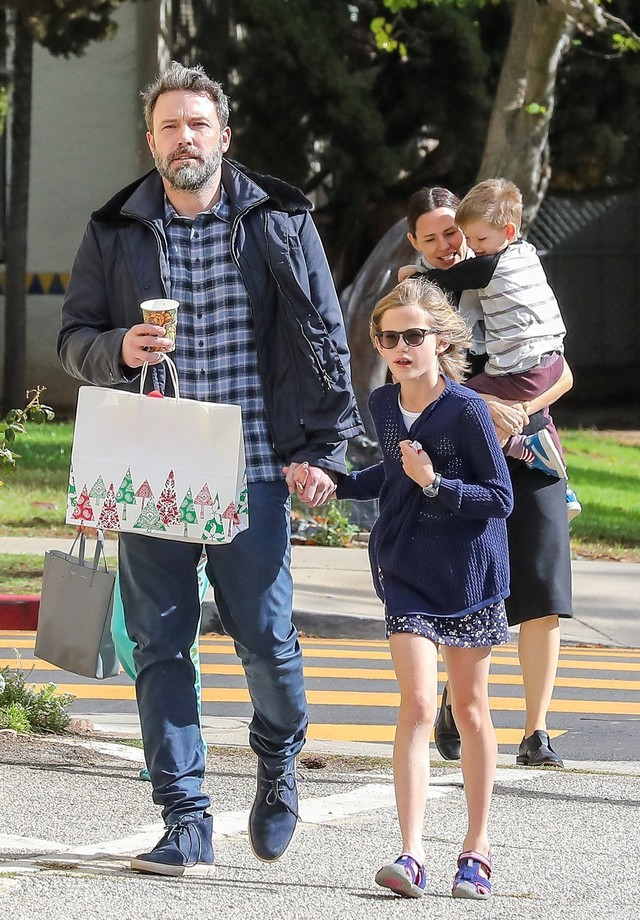 Ben Affleck, Jennifer Garner, Samuel e Violet foram à igreja juntos no último domingo (27) (Foto: AKM-GSI)