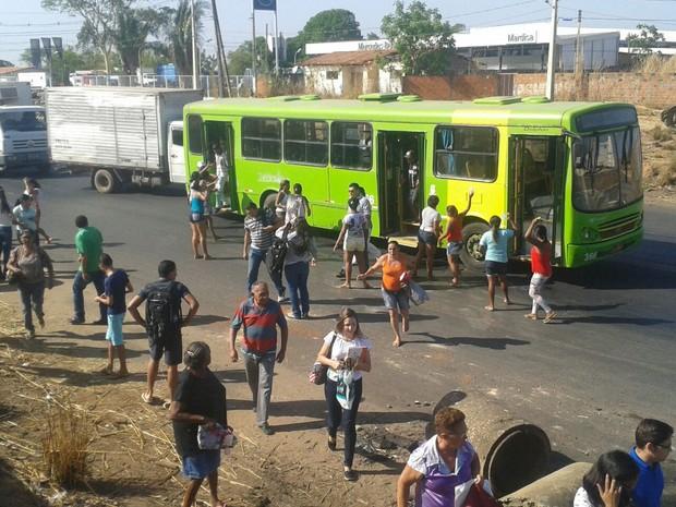 Familiares dos presos da Casa de Custódia pararam um ônibus e passageiros obrigados a descer em Teresina (Foto: Gustavo Almeida/G1)
