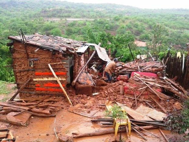 Casa desabou após temporal em Picos (Foto: Samuel Almondes/Arquivo Pessoal)