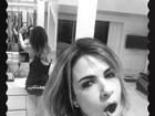 De calcinha comportada, Luciana Gimenez posa escovando os dentes