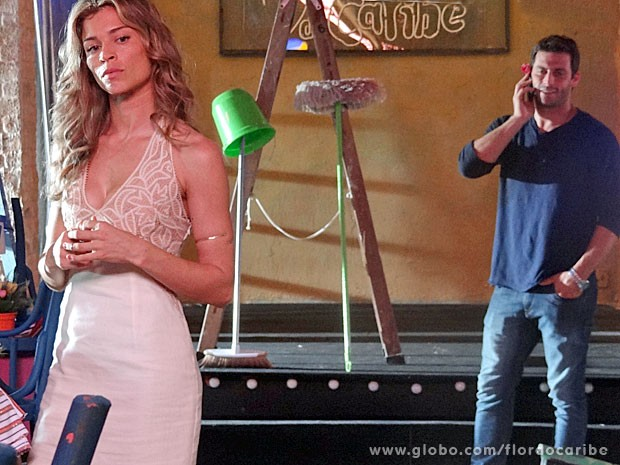 Ester sente ciúme da ligação de Cristal (Foto: Flor do Caribe/TV Globo)